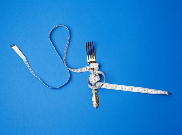Ijzeren vork gewikkeld in een meetlint