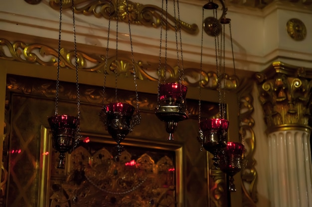 Ijzeren wierookvaten die boven een groot icoon in de orthodoxe kerk of tempel hangen voor ceremonie pasen