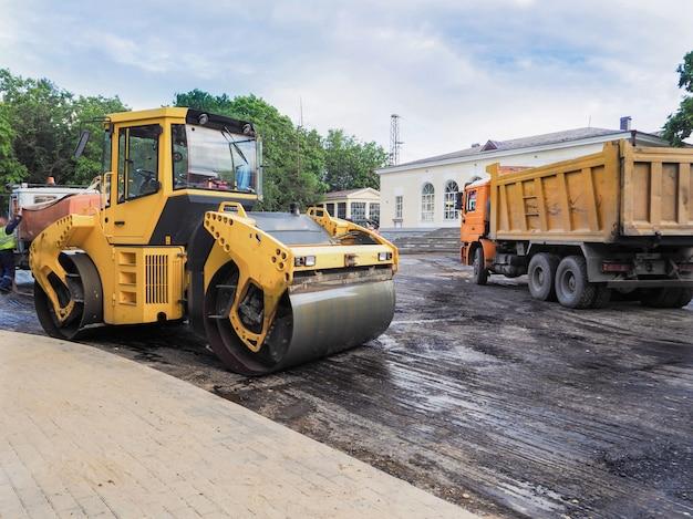 Ijzers asfalt. een grote baan bereidt de rijbaan voor op asfalt.