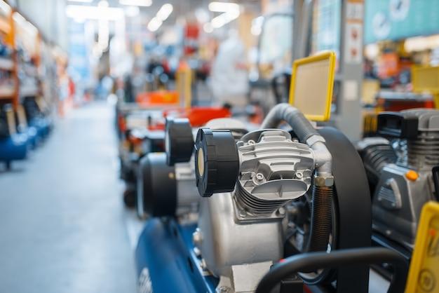 Ijzerwarenassortiment, luchtcompressoren, niemand. keuze van elektrisch gereedschap in doe-het-zelfwinkel, rijen producten, elektrisch instrument