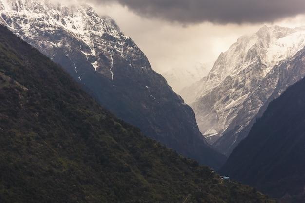 Ijzige annapurna-bergen bedekt met sneeuw in de himalaya van nepal
