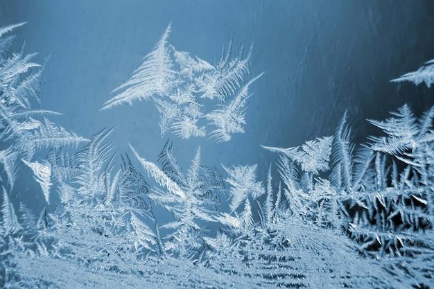 Ijzige ijspatronen op het raam