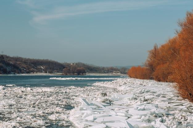 Ijzige winterdag op de rivier