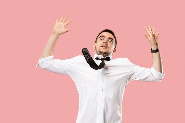 Ik ben bang. schrik. portret van bang man. zakenman permanent geïsoleerd op trendy roze. mannelijk halflang portret