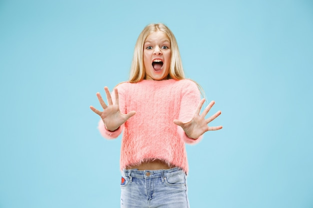 Ik ben bang. schrik. portret van het bang gemaakte tienermeisje.
