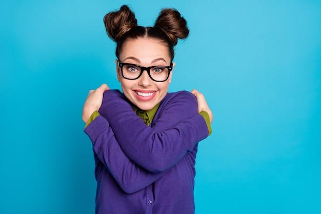 Ik ben de beste. foto van een vrij dolgelukkige student dame twee broodjes knuffelt zichzelf motivatie voor onderzoek draag specificaties overhemd kraag violet trui geïsoleerde blauwe kleur achtergrond