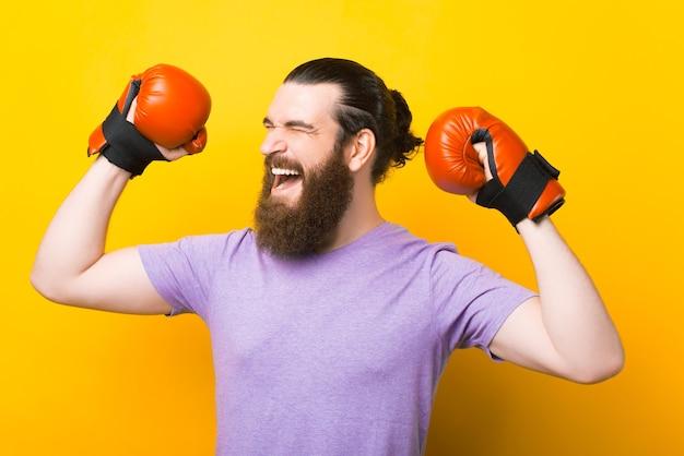 Ik ben de winnaar. zegt een bebaarde man met bokshandschoenen.
