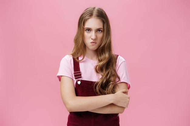 Ik ben gek op een ongelukkig, hatelijk, arrogant jong meisje in een overall met een golvend natuurlijk kapsel over elkaar...