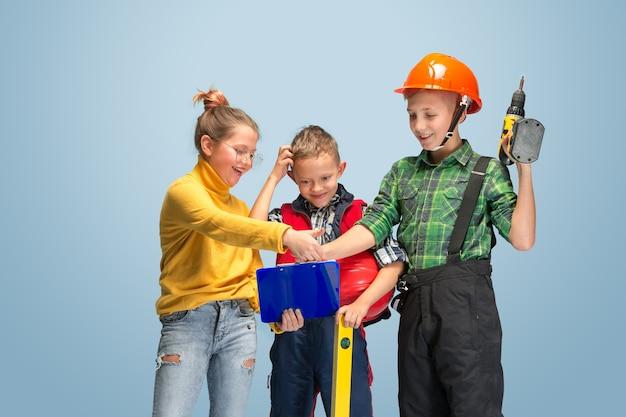 Ik bouw mijn droom. kinderen dromen over beroep van ingenieur. jeugd, planning, onderwijs en droomconcept. succesvolle medewerker worden in de maakindustrie, bouwnijverheid, infrastructuur.