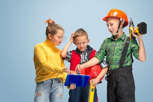 Ik bouw mijn droom. kinderen dromen over beroep van ingenieur. jeugd, planning, onderwijs en droomconcept. succesvolle medewerker worden in de maakindustrie, bouwnijverheid, infrastructuur. Gratis Foto