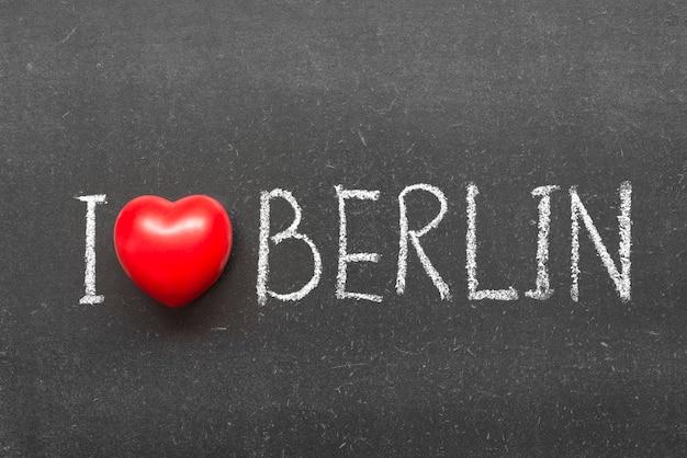 Ik hou van berlijn zin handgeschreven op schoolbord met hartsymbool in plaats van o