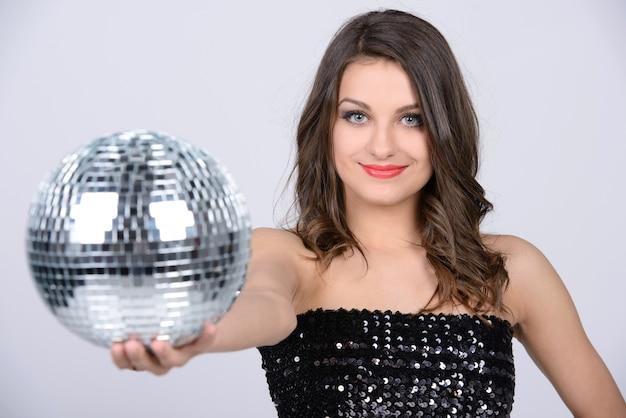 Ik hou van de muziek. sexy dame met glanzende discobal.