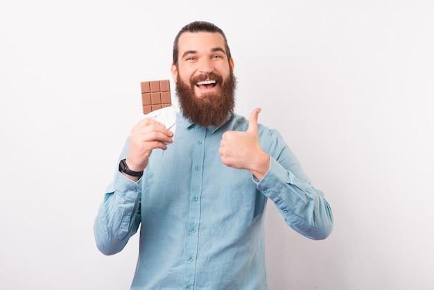 Ik hou van deze chocoladereep. bebaarde man beveelt er een aan.