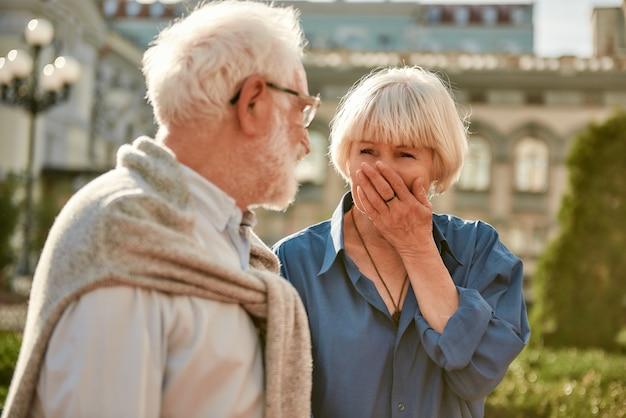Ik hou van je gevoel voor humor, mooie oudere vrouw die lacht en naar haar man kijkt terwijl
