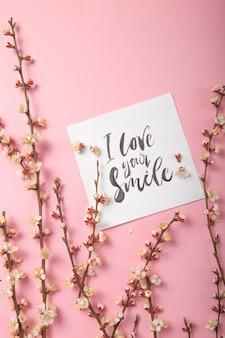 Ik hou van je glimlach handgeschreven inscriptie. hand getekende letters, kalligrafie. kaart met lente boom brunch achtergrond, valentijn, moederdag.