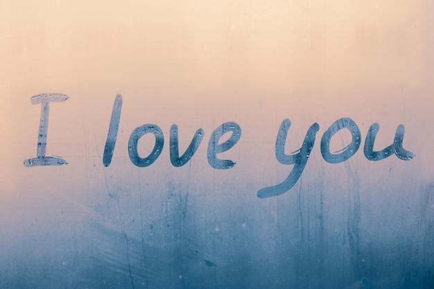 Ik hou van je. handgeschreven tekst op nat glas.