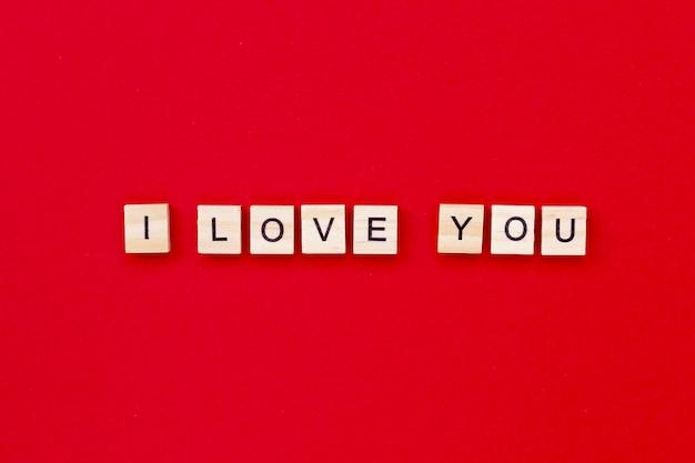 Ik hou van je met houten letters voor valentijnsdag