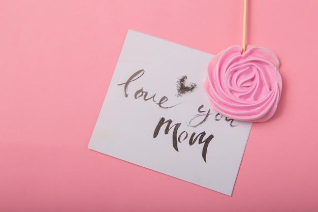 Ik hou van je moeder handgeschreven inscriptie. hand getekende letters, kalligrafie. kaart met lente boom brunch achtergrond, valentijn, moederdag.
