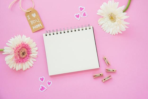 Ik hou van je moeder inscriptie met gerbera bloemen en een notebook