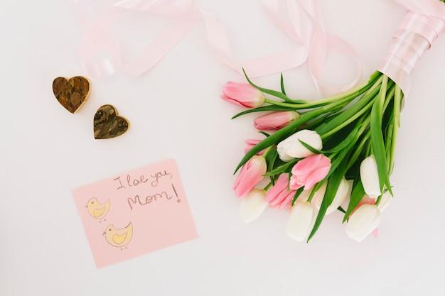 Ik hou van je moeder inscriptie met tulpen