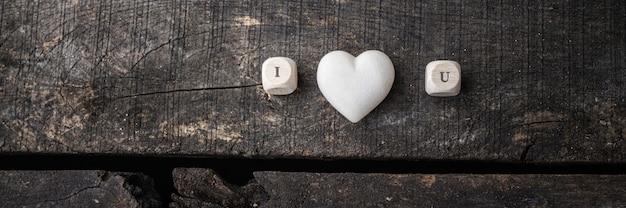 Ik hou van je teken gespeld op houten blokjes met marmer gemaakt hart in het midden.