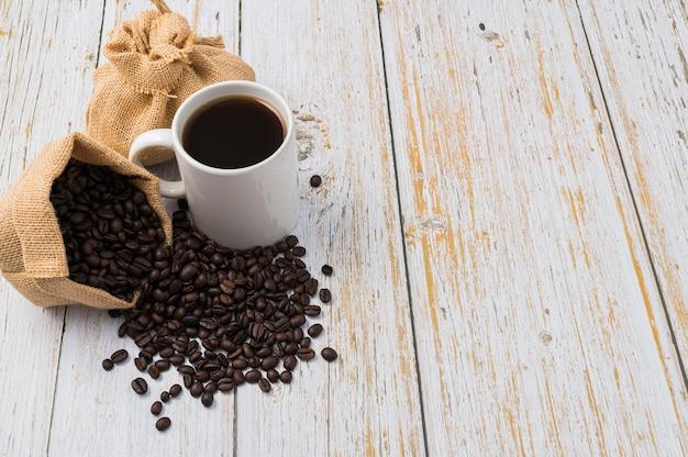 Ik hou van koffie, koffiemokken en koffiebonen op tafel te drinken