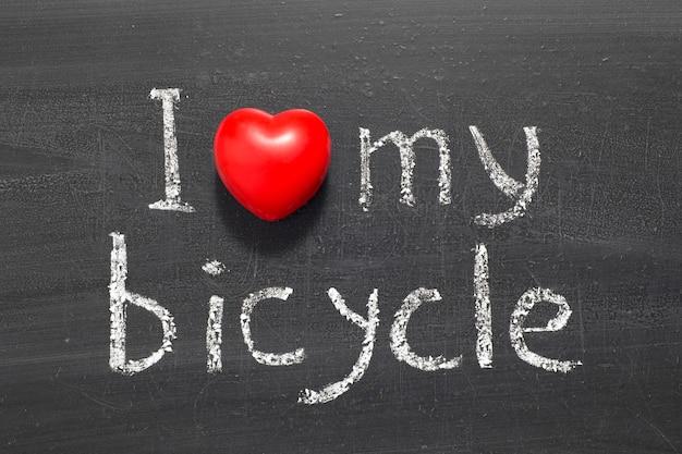 Ik hou van mijn fietsuitdrukking die met de hand op het schoolbord is geschreven