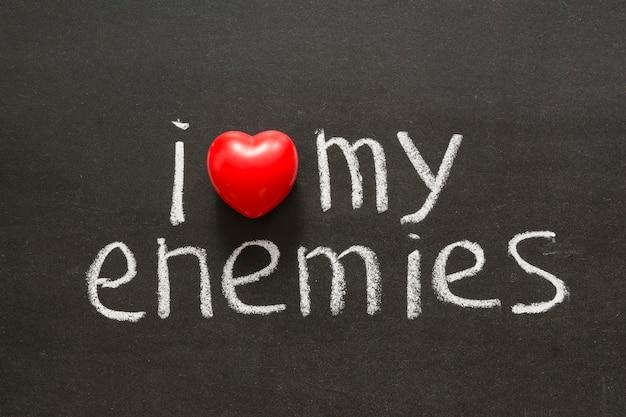 Ik hou van mijn vijanden zin handgeschreven op bord
