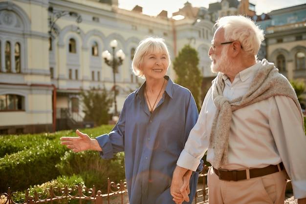 Ik hou van mijn vrouw, een gelukkig en mooi bejaarde echtpaar dat elkaars hand vasthoudt en naar elkaar kijkt terwijl