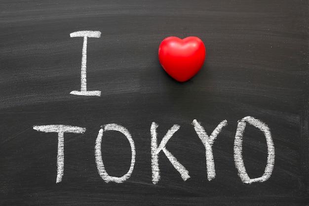 Ik hou van tokyo met de hand geschreven op schoolbord