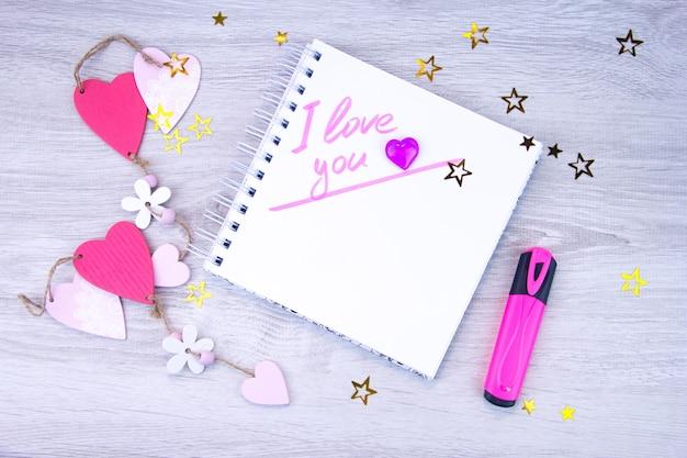 Ik houd van je. inscriptie in marker in het notitieboekje.