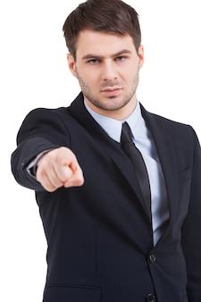 Ik kies jou! zelfverzekerde jonge man in formalwear die je wijst terwijl hij geïsoleerd op wit staat