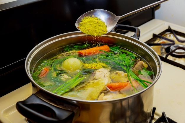 Ik maak kippenbouillon in een pot,