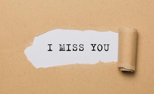 Ik mis je op gescheurd papier ruimte liefde en valentijn concept