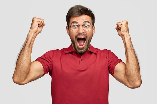 Ik voel me kampioen! aantrekkelijke vrolijke europese man viert zijn succes