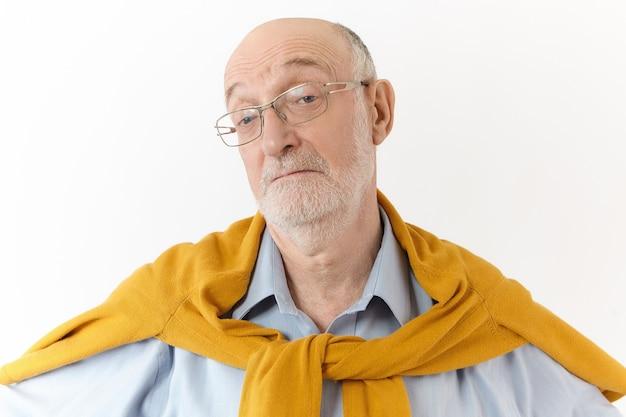 Ik weet het niet. het maakt niet uit. horizontaal schot van emotionele oudere europese man met kaal hoofd en witte baard die wenkbrauwen optrekken, verlies lijden, geen idee van gezichtsuitdrukking hebben verward