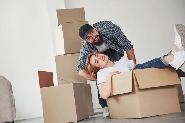 Ik weet waar we onze spullen hebben neergelegd. gelukkig paar samen in hun nieuwe huis. conceptie van verhuizen