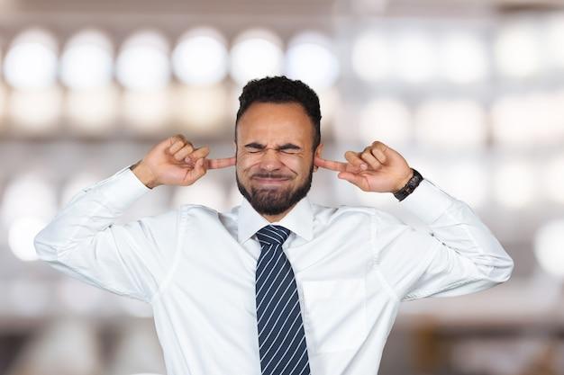 Ik wil het niet horen! donkere mannelijke sluitende oren met vingers