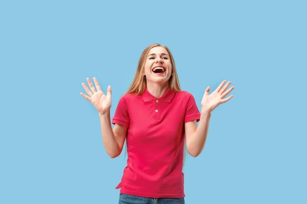 Ik won. winnend succes gelukkige vrouw vieren een winnaar zijn. dynamisch beeld van kaukasisch vrouwelijk model op blauwe studioachtergrond. overwinning, verrukking concept. menselijke gezichtsemoties concept. trendy kleuren