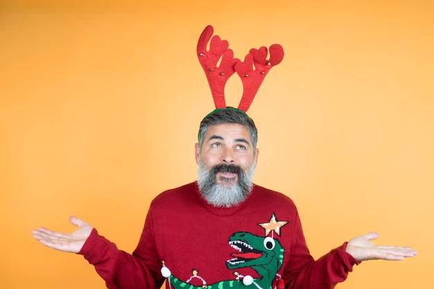 Ik word rudolf in 2021 foto van een charmante man met een witte baard, een man die zijn schouders ophaalt,