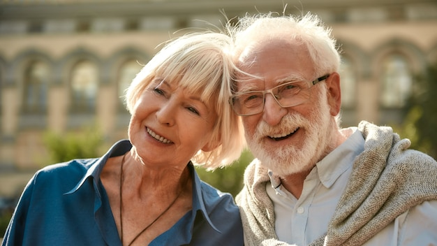 Ik zal mijn hele leven van je houden, gelukkig senior stel dat lacht terwijl ze samen buiten zijn