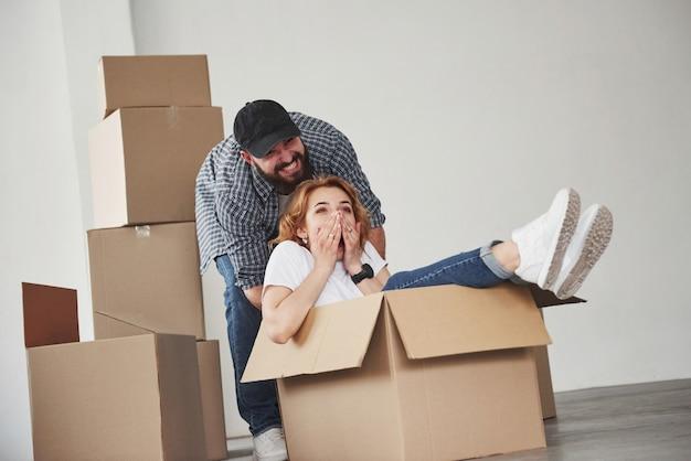 Ik zorg voor een verrassing voor je. gelukkig paar samen in hun nieuwe huis. conceptie van verhuizen