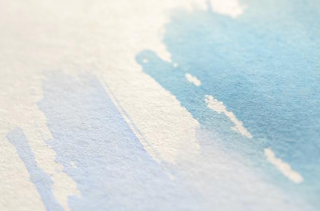 Illustratie in de vorm van drie aquarelstreken uitgevoerd in koudblauwe en violette tinten