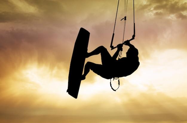 Illustratie van kite-surfer bij zonsondergang