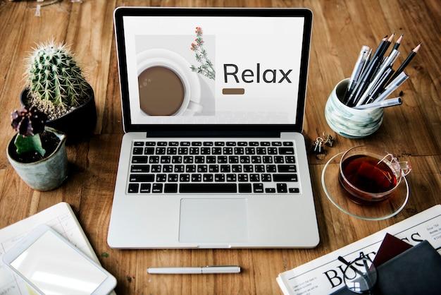 Illustratie van koffiekopje decoratie café commercial op laptop