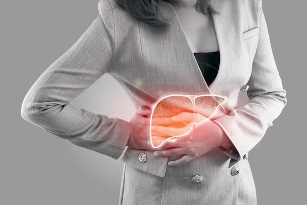 Illustratie van lever op het lichaam van de vrouw tegen een grijze achtergrond, hepatitis, concept met gezondheidszorg en medicijnen