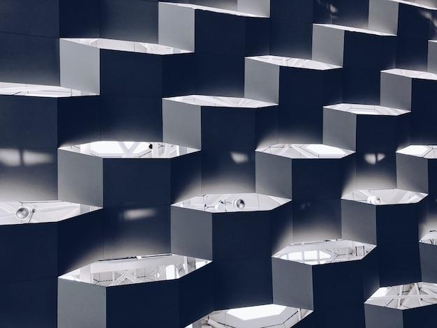 Illustratie van zeshoekige platforms met lampen en lichten erop