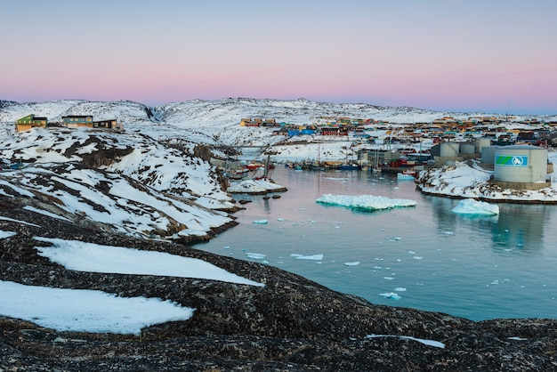Ilulissat, denemarken - 8 mei 2014: ochtendlicht in de haven van ilulissat, groenland