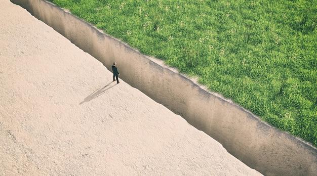 Ilustration van een man die aan de rand van een afgrond staat, 3d-rendering