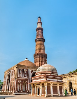 Imam zamin's tomb, alai darwaza en qutub minar in het qutb complex in delhi